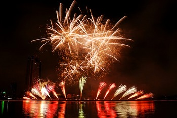 fireworks-1496130_640.jpg